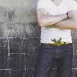Muž v tričku a džínách